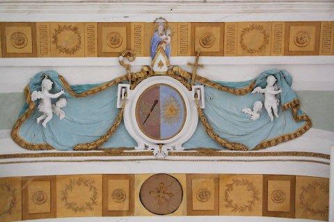 Wappen des Roggenburger Abtes Thaddäus Aigler OPraem am Chorbogen der Kirche St. Agatha in Ingstetten