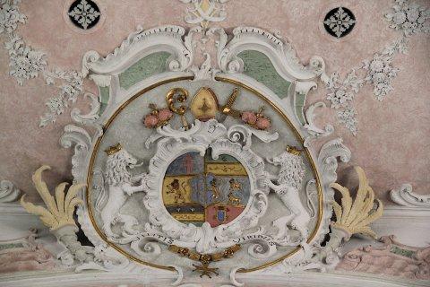 Gräfliches Wappen von Hessen-Darmstadt am Chorbogen der Kirche von Leeder