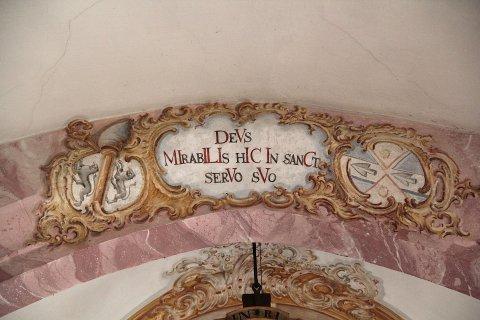 Wappen des Auer Stiftspropstes Franz III. Xaver Berchtold am Chorbogen der Kirche in Sankt Erasmus